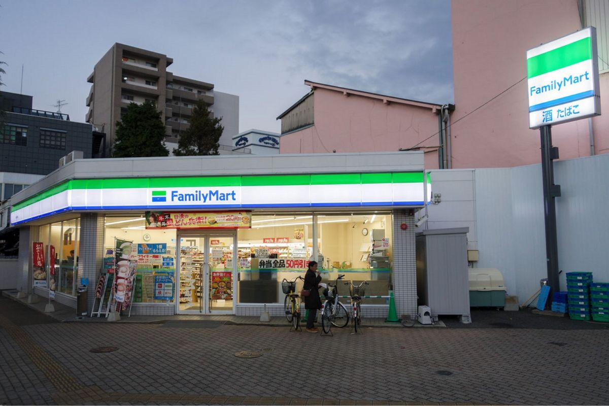 ファミリーマート岡山中央町店まで徒歩9まで徒歩9分、700m。