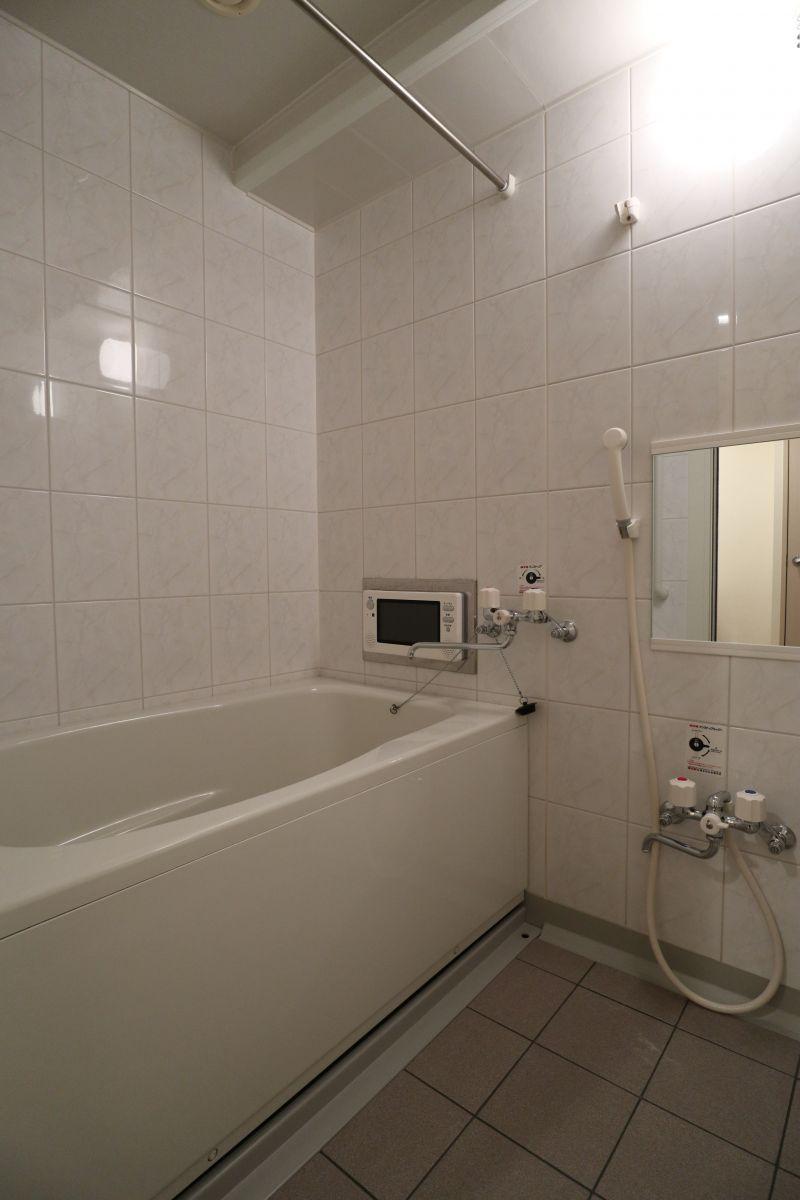 お部屋のお風呂も広々。浴室テレビ付きです★