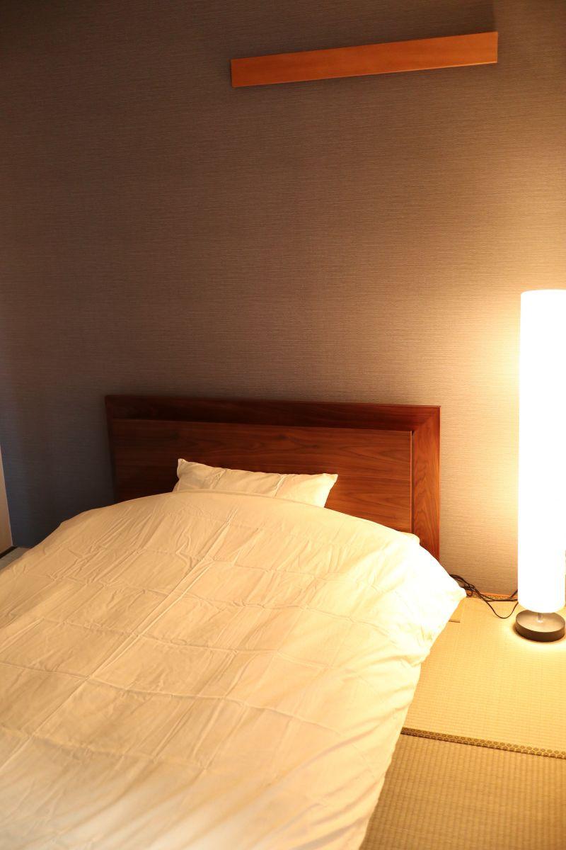 ベッドの横には暖かい色のスタンドライト☆