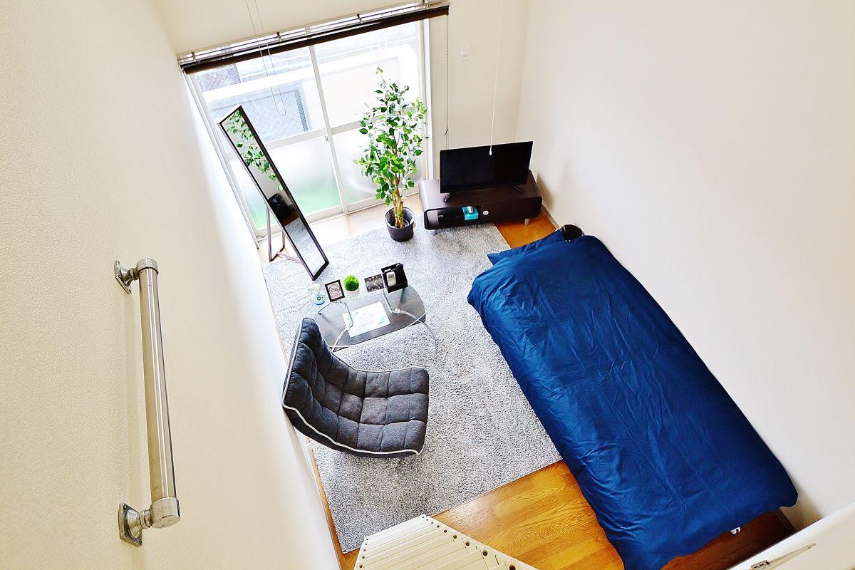 Kマンスリー倉敷水島中央の室内画像。ベッド、座椅子、テレビなど標準設備です☺明朗会計で余計な費用は掛かりません。