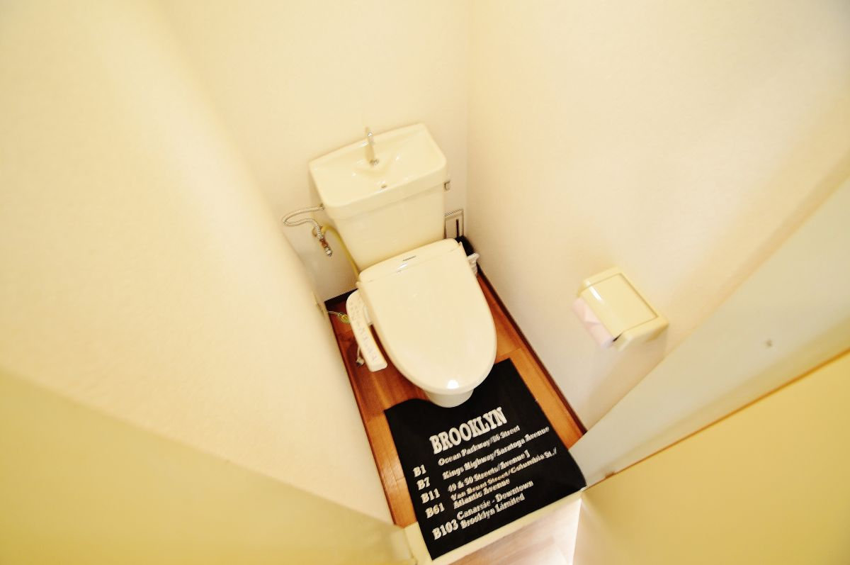 Kマンスリー水島中央のトイレ画像。ウォシュレット完備で、セパレート。出張、観光に嬉しい倉敷ウィークリーマンション。