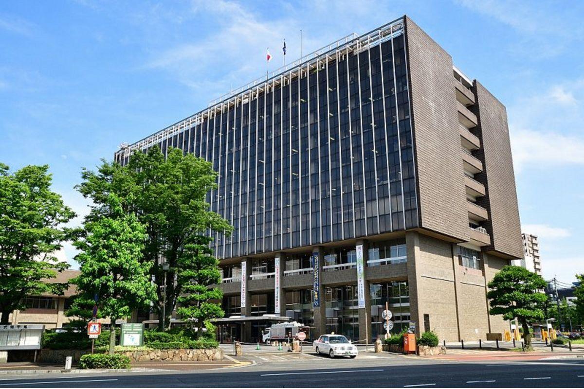 岡山市役所まで車で8分、2.4km。