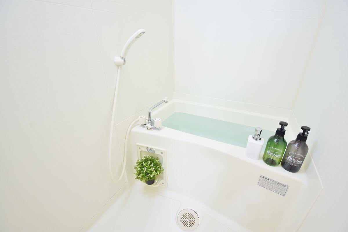 お風呂も広い造りです☆温度調節機能も完備されていますので、お湯張りも簡単に出来ます♪また、スポンジ・浴槽用洗剤もご用意しておりますので長期でのご利用でも安心です!リンスインシャンプー・ボディソープ・タオルもご用意しておりますのでお荷物も少なく済みますね^^