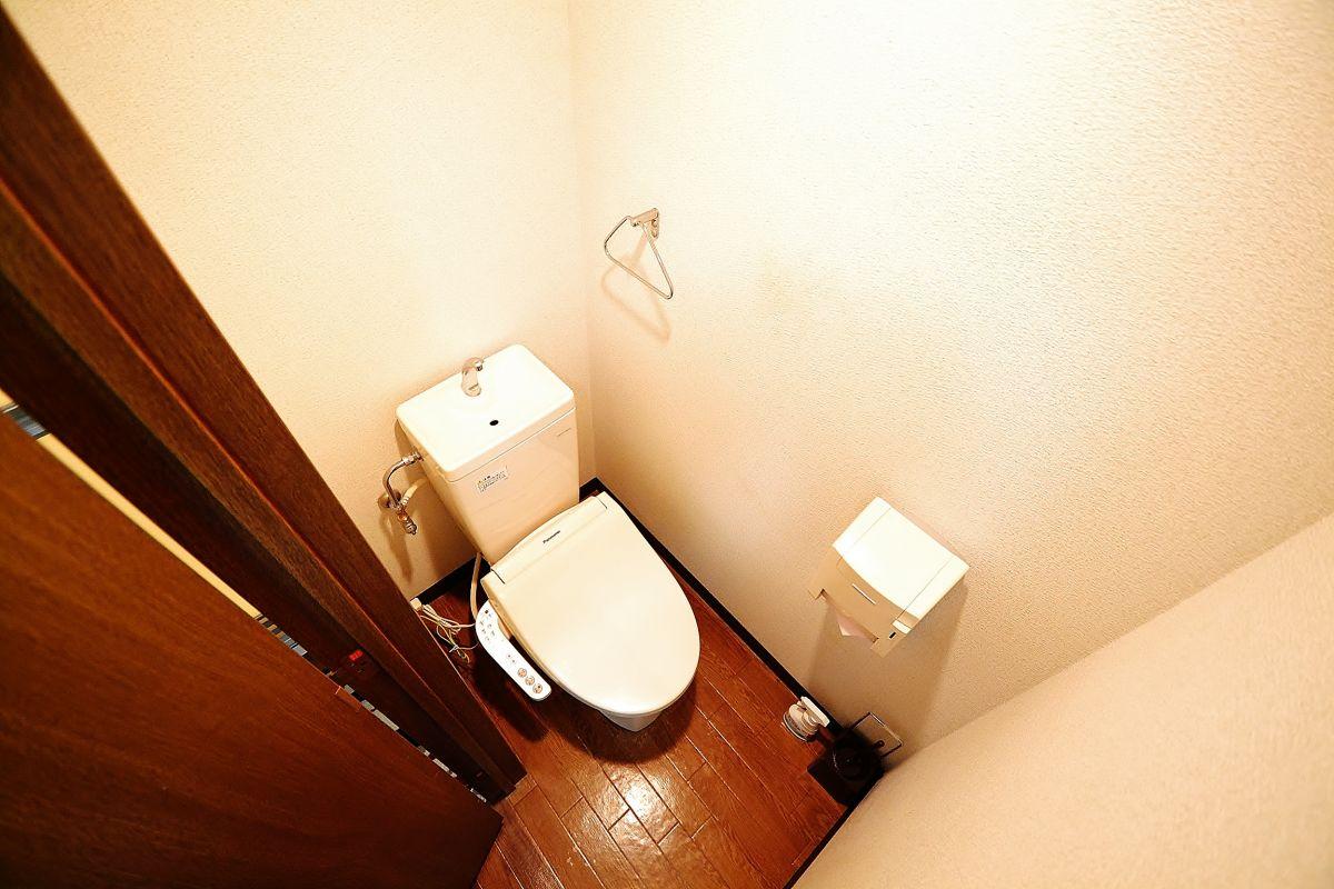 ウォッシュレット付のトイレです☆トイレットペーパーもご用意しておりますので入居日にご用意していただく必要はございません!また、徒歩1分のところにドラッグストアザグザグがございますので必要なものがございましたらすぐお買い求め頂けます♪空室確認やお問合せは086-250-2433まで!