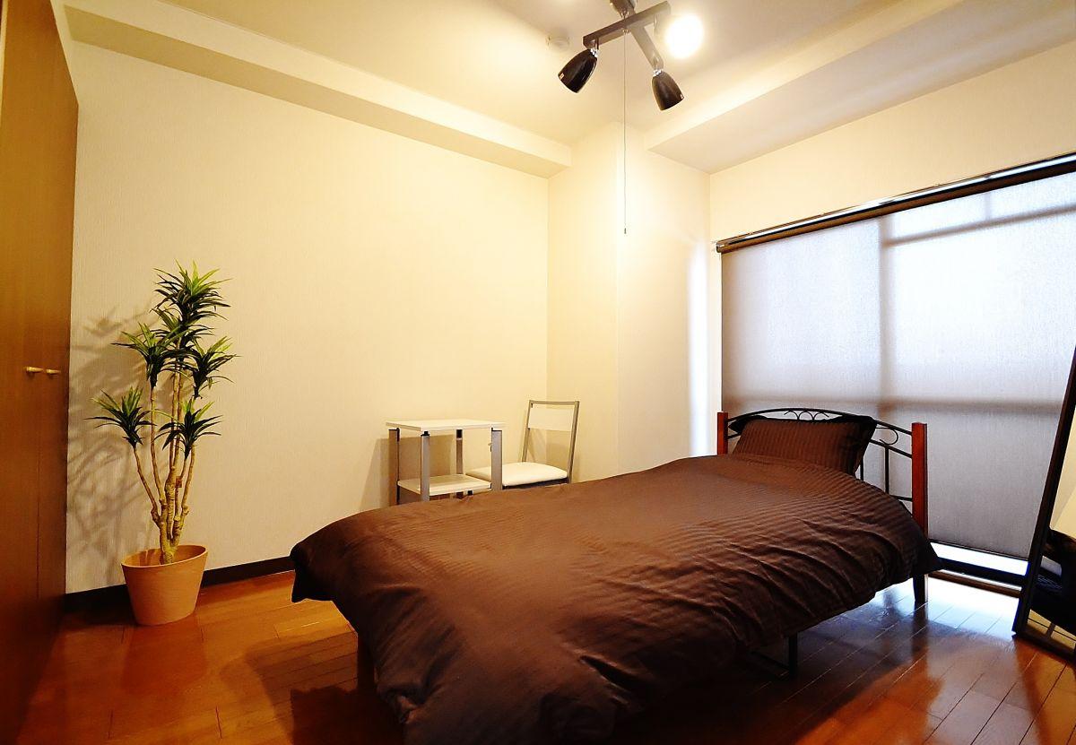 寝室も広めのお部屋となりますので、ゆっくりとお休みいただけるかと思います。また、こちらのお部屋にはデスクとチェアのご用意しておりますのでパソコンや資料の記入などの事務作業にもお使い頂けます!弊社では岡山県最安値でお部屋を提供させていただいておりますのでご予約はお早めに♪