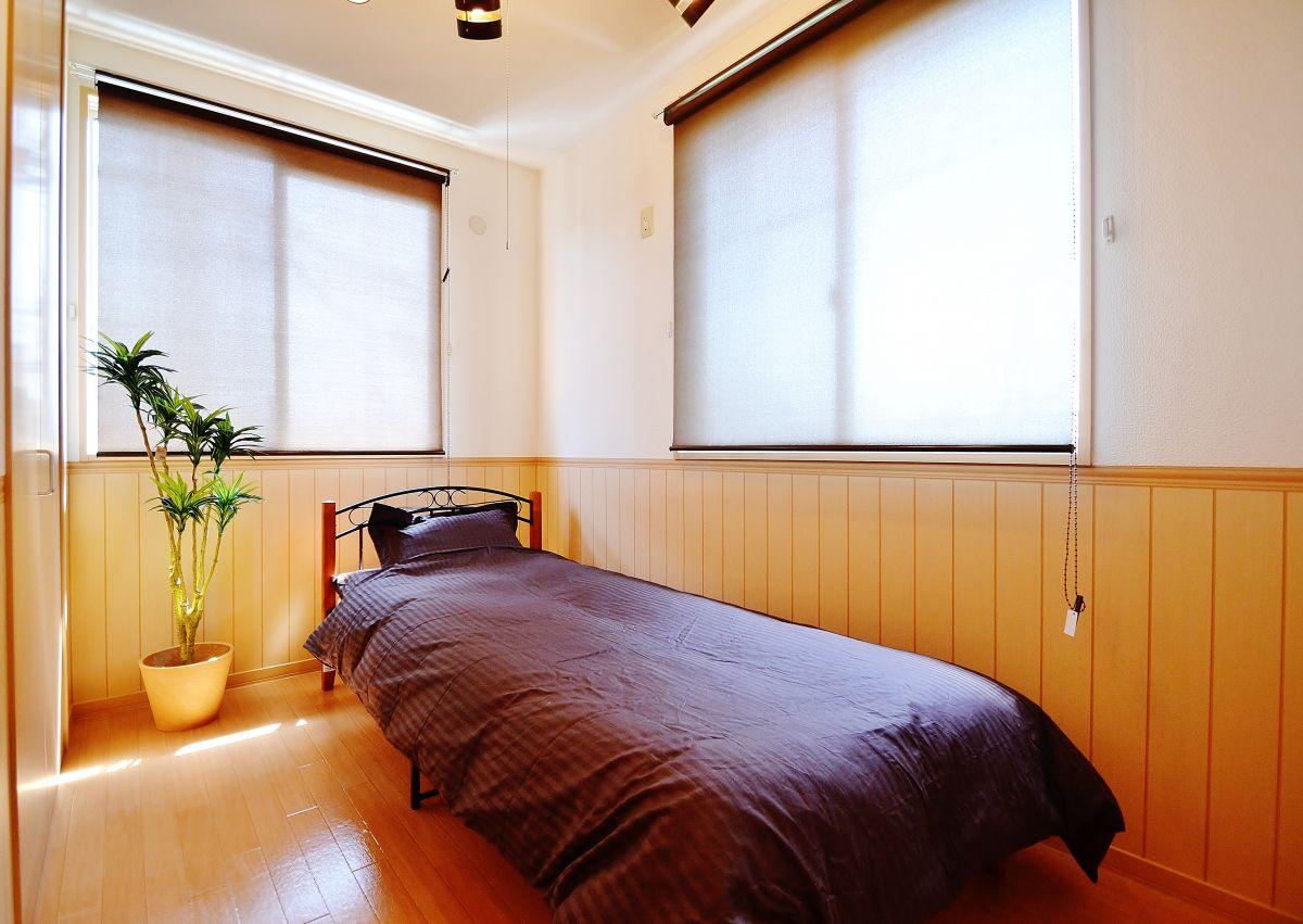 こちらのお部屋は1LDKですので、寝室もございます^^やっぱり、寝室とリビングは別々のほうがゆっくりできますよね♪寝室には広い収納もございますので大きなお荷物もすっぽりと収まっちゃいます!ベッドや寝具もご用意しておりますので、カバン一つで来れちゃいますね★
