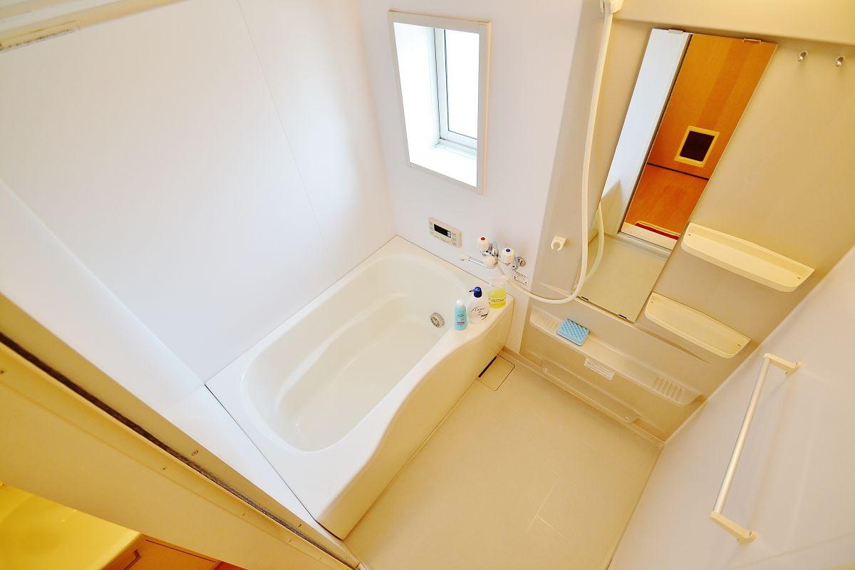 バストイレ別・さらに独立洗面台も完備しておりますのでお風呂はとても広々としております!ユニットバスではないので、歯磨きするときに足が濡れたりすることもございません^^また、シャンプーやボディソープ、浴槽用洗剤もご用意しておりますのでご安心ください!