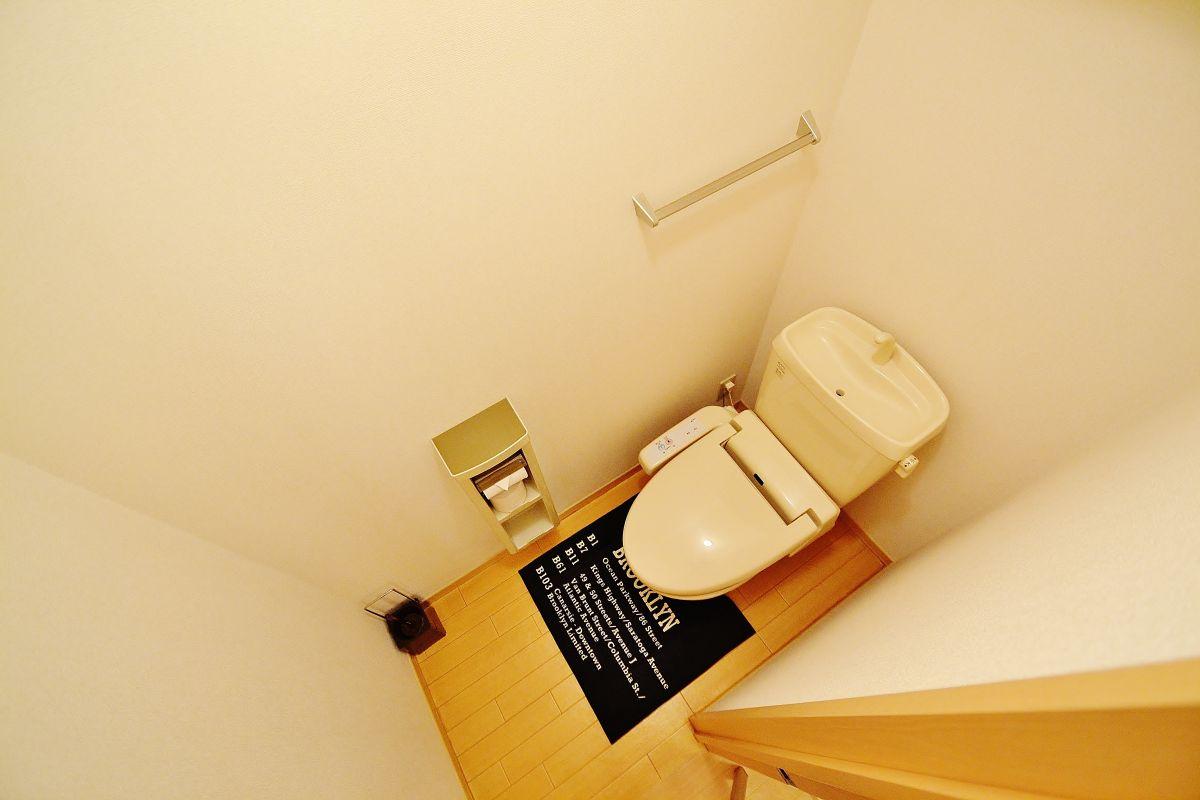 トイレもウォッシュレット付きです♪トイレットペーパーはもちろん!トイレ用ブラシやトイレ用洗剤もご用意しております^^ですので、長期のご利用の方にも安心してご利用頂けます!その他にも家具家電はもちろん、調理器具もご用意しておりますのでぜひご利用くださいませ★