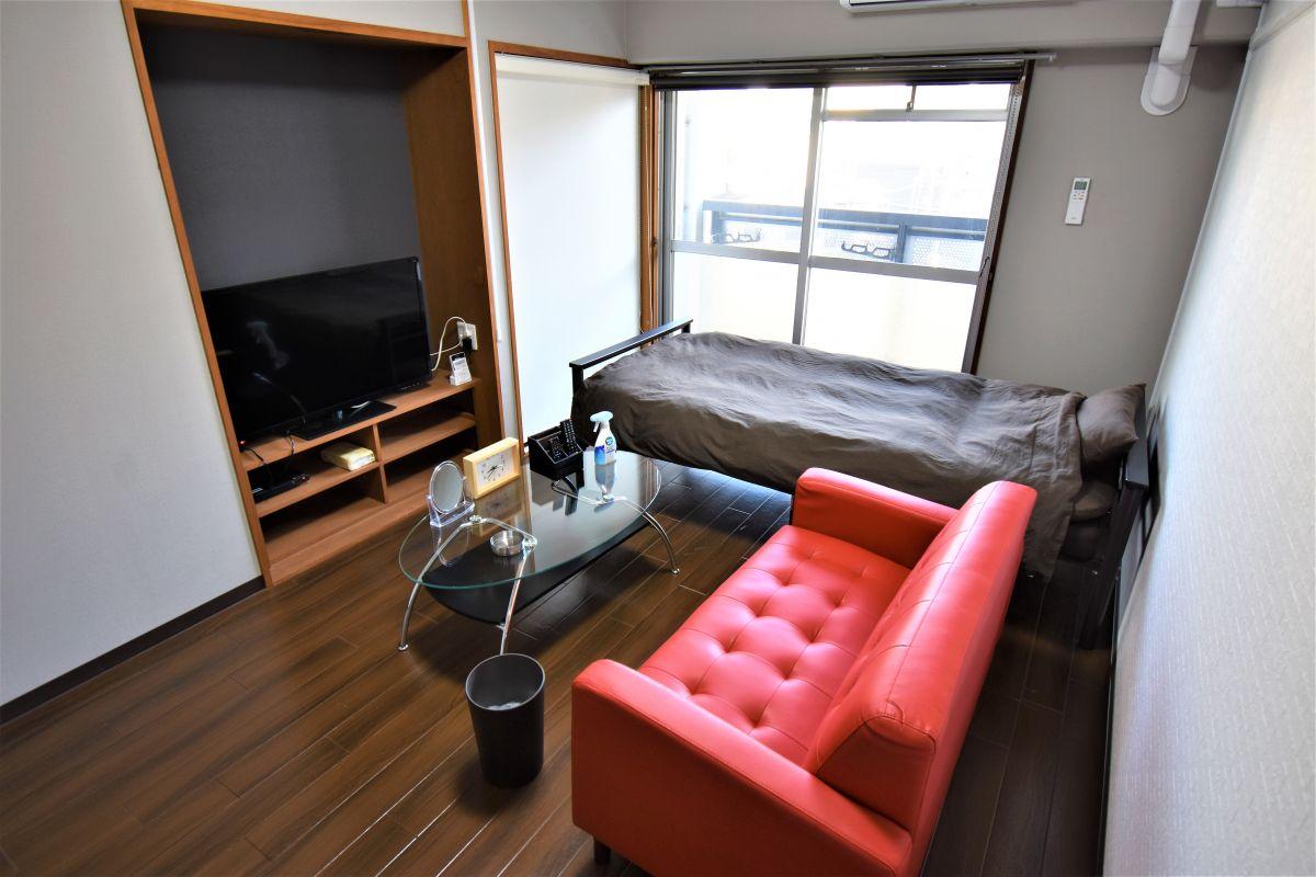 お部屋には、ベッド・寝具・ローテーブル・テレビ・テレビボード・掃除機・パラソルハンガー・全身鏡・テーブル鏡・時計・お部屋用消臭剤・ダストボックスなどご用意しております!5階の日当たりも抜群のお部屋ですのでごゆっくりおくつろぎいただけるかと思います☆