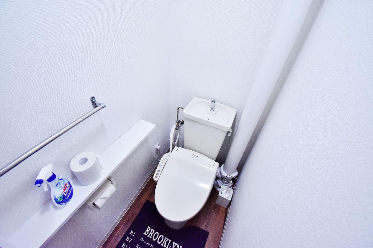 ウォシュレットつきのトイレです。老若男女皆様に安心してご利用いただけますね☆トイレにもトイレ用洗剤とトイレ用ブラシをご用意しておりますので長期ご利用の場合の気になる汚れなどもお掃除して頂けます^^全室随時ご入居の募集を行っておりますので、空室確認やお問い合わせはお問い合わせフォームからお待ちしております♪