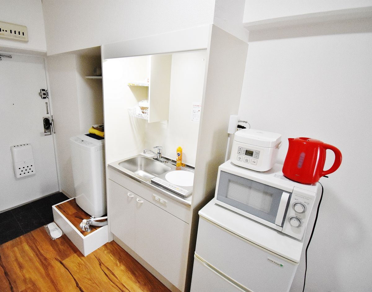 キッチンには全室冷蔵庫・ケトル・炊飯器・鍋・フライパン・食器類(お皿・グラス・マグカップ・茶碗・汁椀・フォーク・スプーン・包丁・まな板・お玉・フライ返し・ボウル・ザルなど)をご用意しております♪食材さえご購入いただければ自炊をしていただけますので長期ご利用のお客様でも安心ですね!