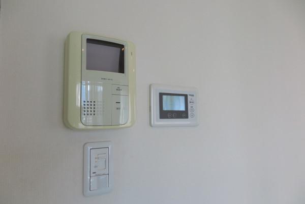 テレビ付きモニターフォンと床暖房のコントローラー