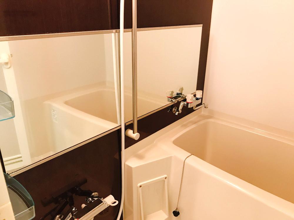 広めのお風呂場です。シャワーの高さを固定出来たり、浴槽と体を洗うスペースのカランが分かれていて使いやすい造りです。