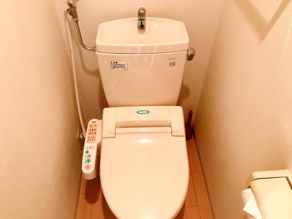 シャワートイレ設置です。