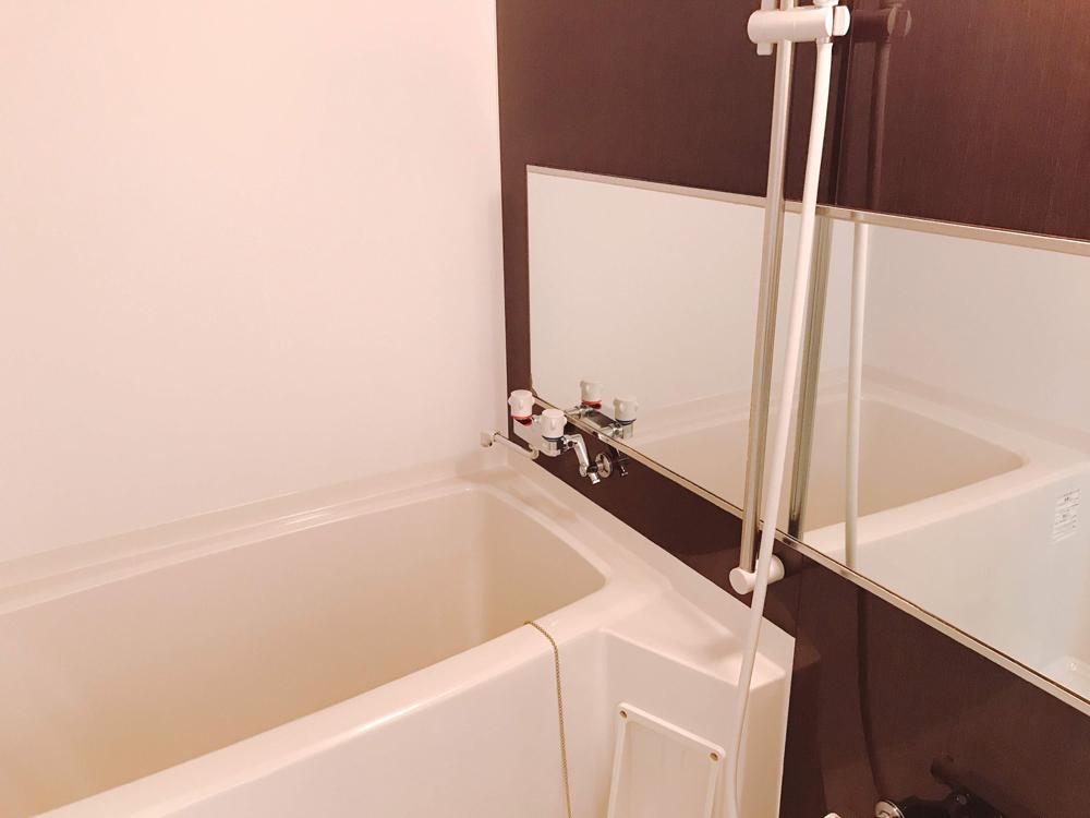 広めのお風呂場です。シャワーの高さを固定出来たり、浴槽と体を洗うスペースのカランが分かれていて使いやすい造りです