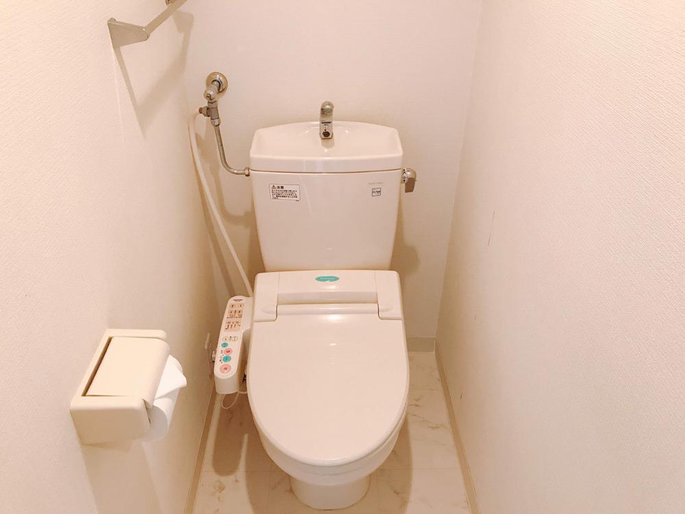シャワートイレ完備です。