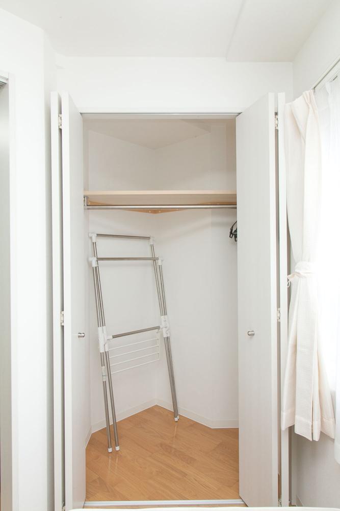 室内物干し、扇風機、掃除機、ハンガーなどが納められています。