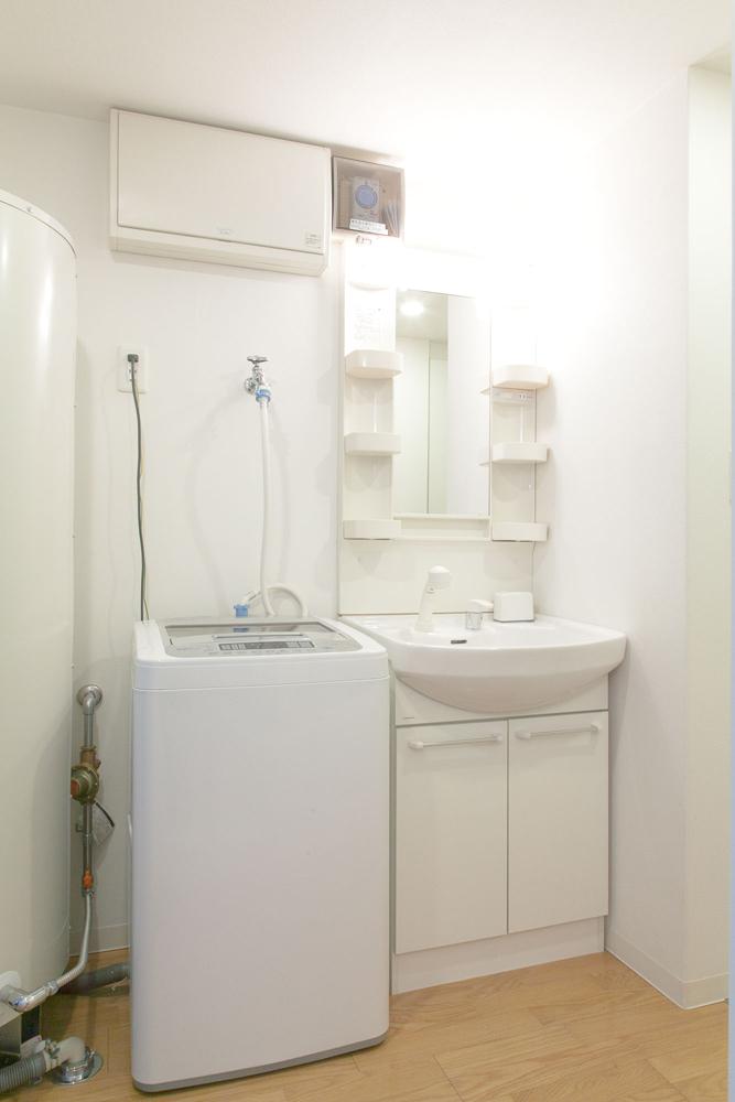 独立洗面化粧台、洗濯機、ドライヤーがあります。