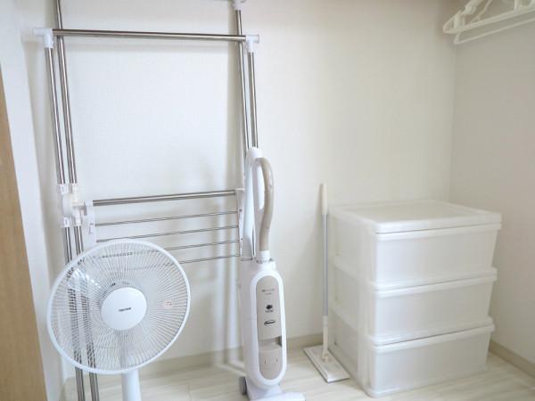 室内物干し、ハンガー、掃除機、扇風機、収納ケースなどが入っています。