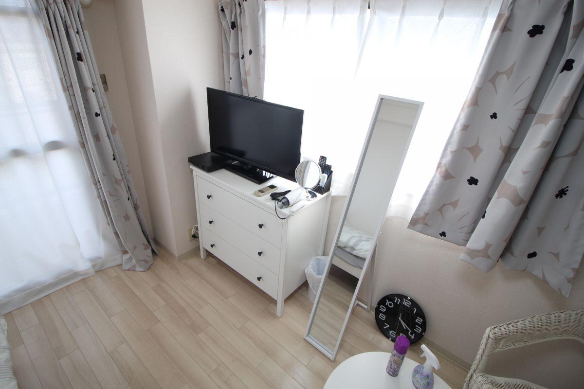 テレビに収納箪笥、鏡など生活に必要な設備充実(^^)/
