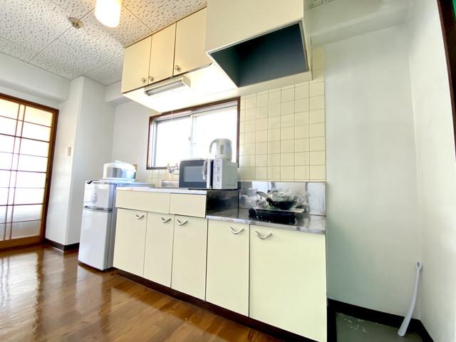 キッキン広く、換気も行える窓もあり、料理もし易いですね。