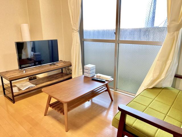 32型YouTube対応テレビ完備、二人掛けソファーで、くつろいで頂けます。