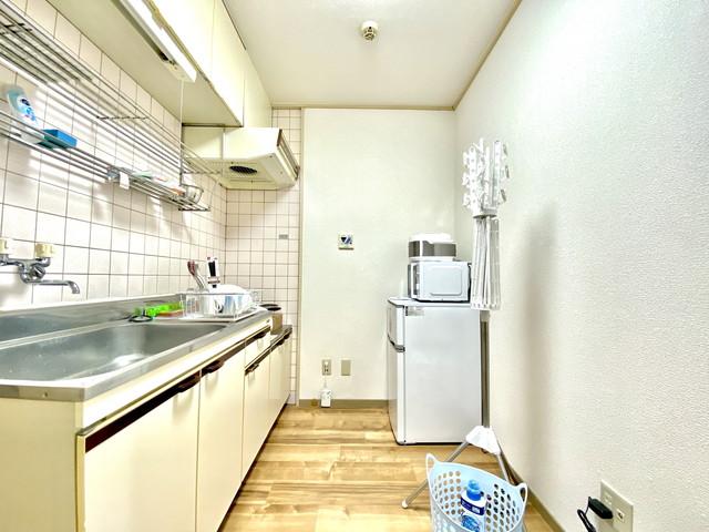広いキッチンです。冷蔵庫・電子レンジ・炊飯器など完備していますので、自炊も容易にできます。