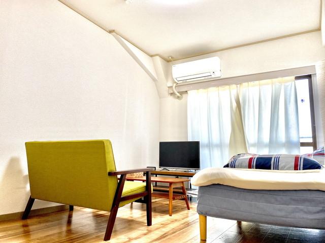 32型YouTube対応テレビ完備、二人掛けソファーでゆっくりくつろいで頂けます。