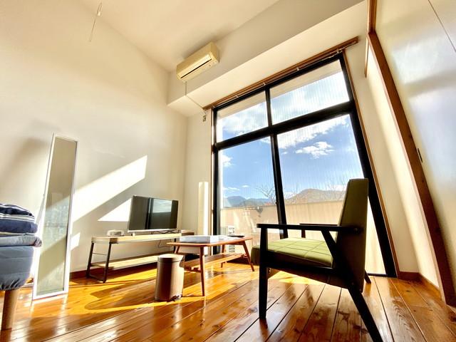 32型YouTube対応テレビ完備、二人掛けソファーでゆったりおくつろぎください。天井高で解放感もあるお部屋になります。