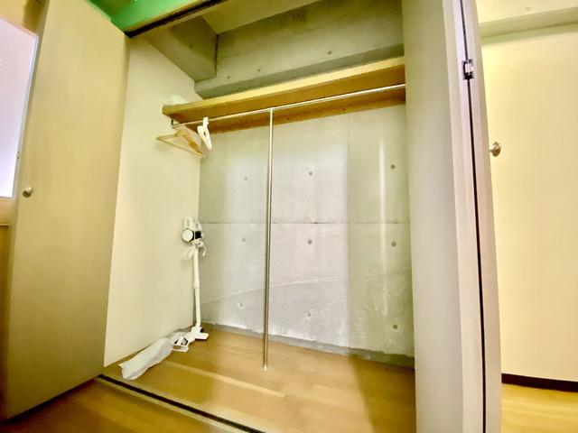 広いクローゼットです。ハンガー(木製・プラ)もご用意してをります。また、ステック掃除機も御座います。