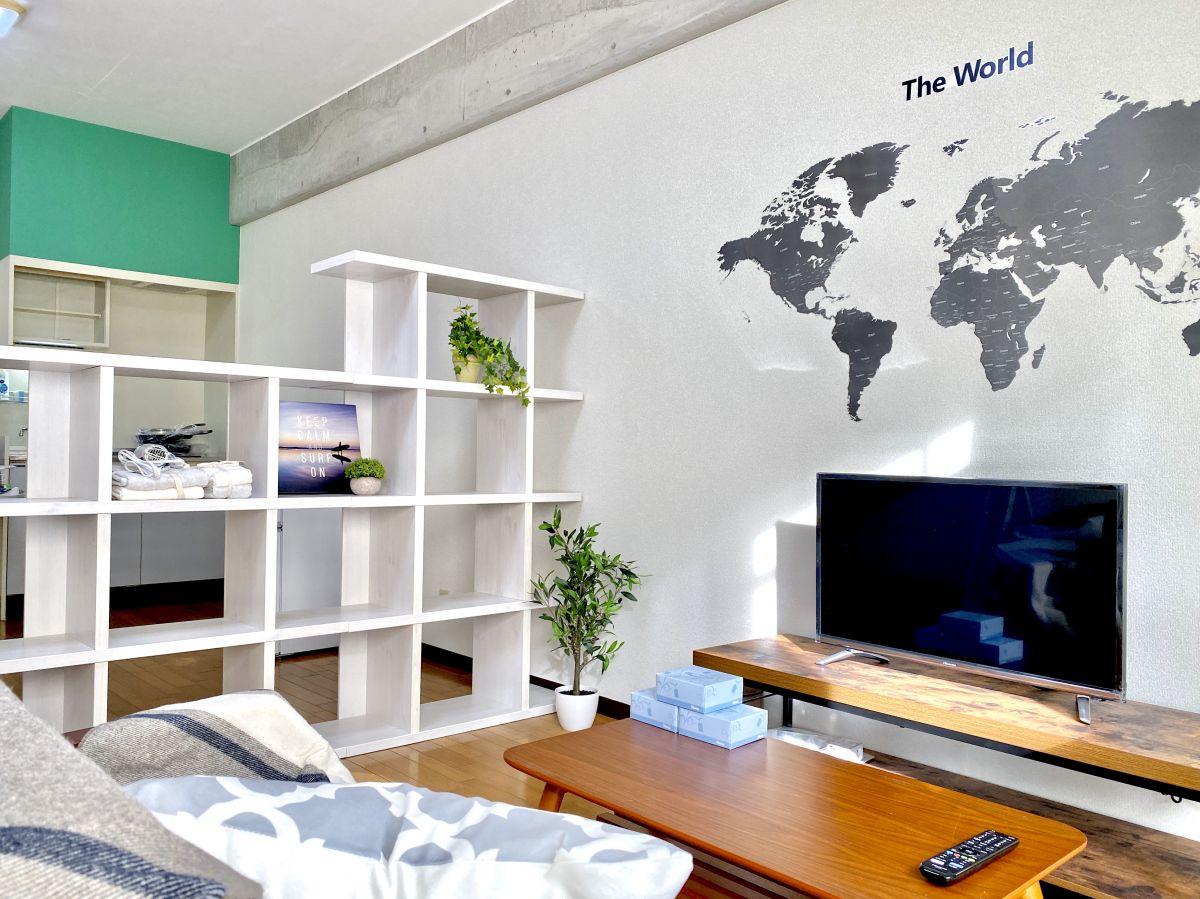 32型YouTube対応テレビ、フロアランプでお部屋でごゆっくりお過ごしください。