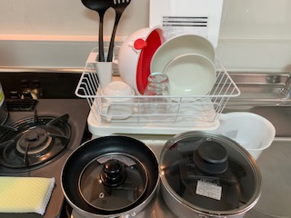 水切り食器入れ、フライパン、鍋、マグカップ、ガラスコップ、ボール、ザル、フライ返し、お玉、まな板、三角コーナー