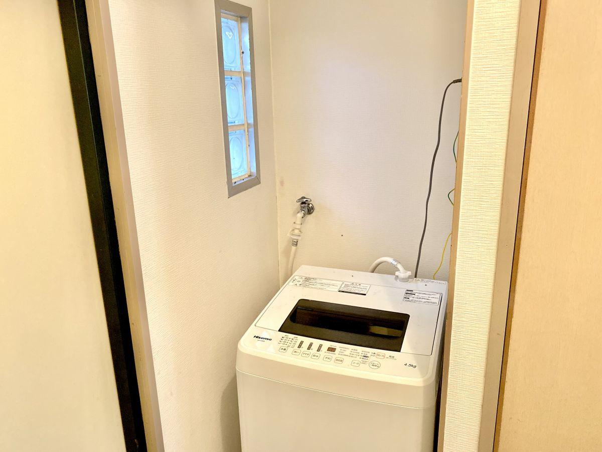 洗濯置き場室内です。洗濯用洗剤も完備しておりますので、ご入居後すぐご利用可能です。