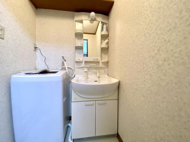 独立洗面台、洗濯機は室内に設置しております。洗濯機用洗剤もご用意しておりますご入居後すぐにでも利用可能です。