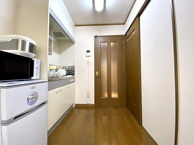 電子レンジ・冷蔵庫・炊飯器、完備です。食器類もご用意しております。