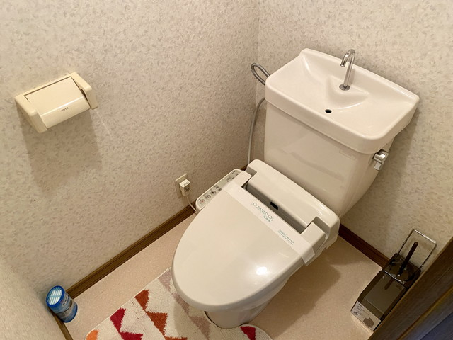ウォシュレット付きトイレです。トイレ用ブラシも完備しております。
