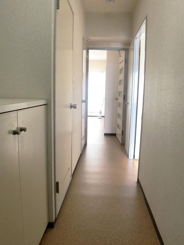 玄関~廊下 シューズボックス、お風呂、脱衣場、お手洗い並んでいます!