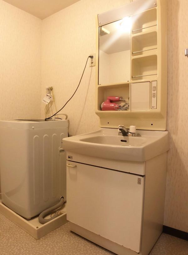 独立洗面台あり!忙しい朝や夜のスキンケアなど身支度に便利(*'ω'*)脱衣所も広々としているのでお洗濯の時も便利です!