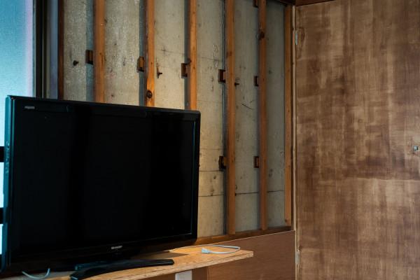 TV裏の壁は取り、あえて柱を残すことで味のある部屋に