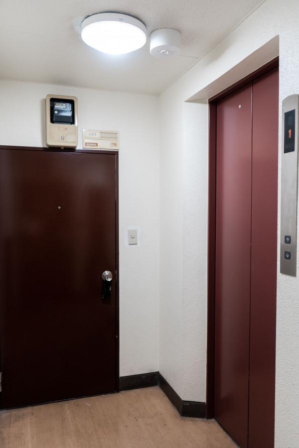 4Fホール・玄関前。エレベーター付きです。