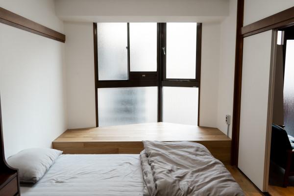 ベッドルームは小上がり付き。座って読書など、様々な用途でお使い頂けます。