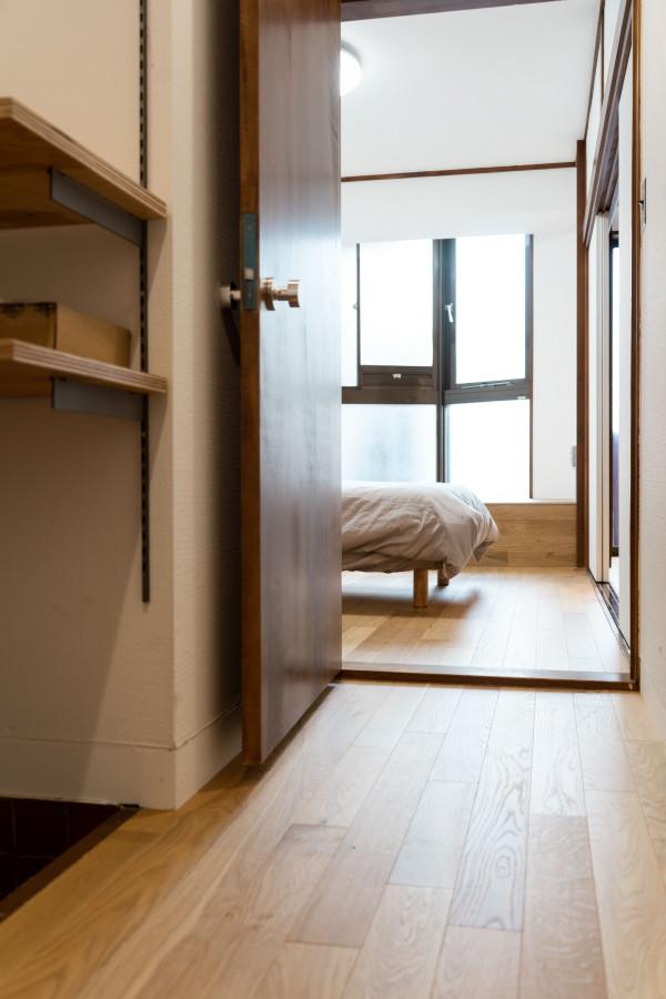 廊下からベッドルームを