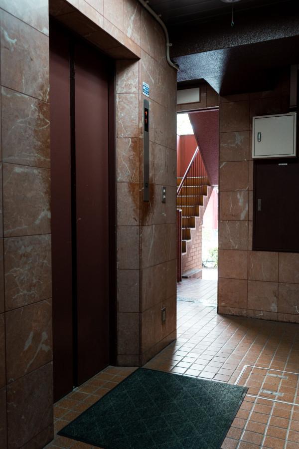マンション1Fのエレベーター前