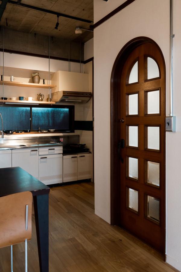 玄関に繋がるドアは、既存が可愛かったのでそのまま残しました