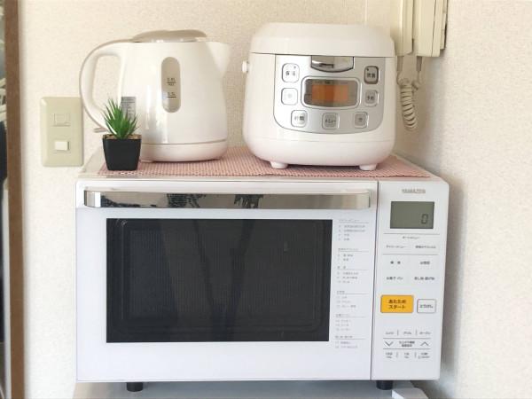 滞在中でも不自由なく料理が可能です! 電子レンジ、炊飯器、ケトルもあり生活がグッとアップする家電なこと間違いなしです。洗い物削減にも◎