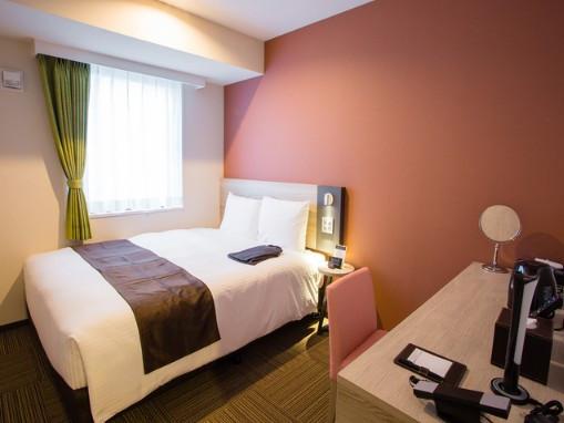 ゆったりできるワイドベッド 160cm幅のベッドを備えたシングルルームです。