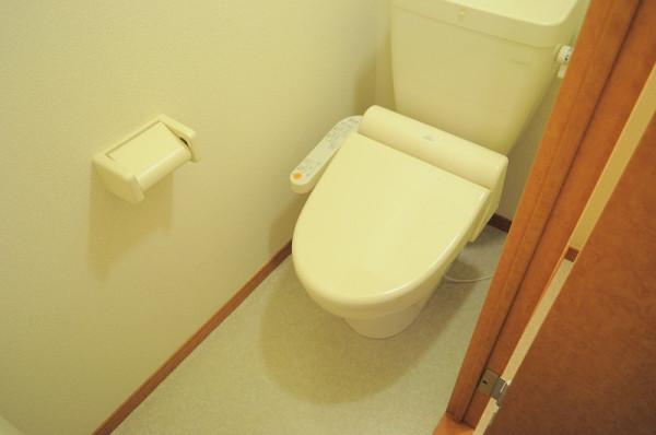 トイレには快適な温水洗浄便座付。