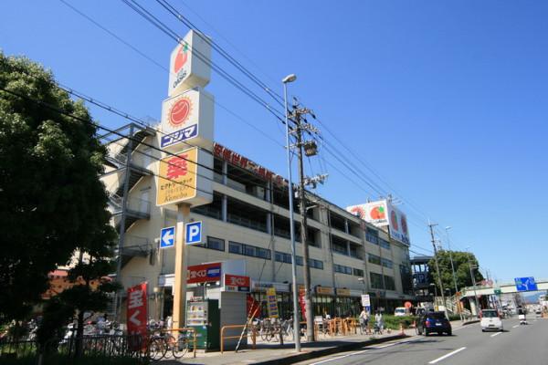 阪急オアシス、コジマ電気、徒歩で約5分の距離です