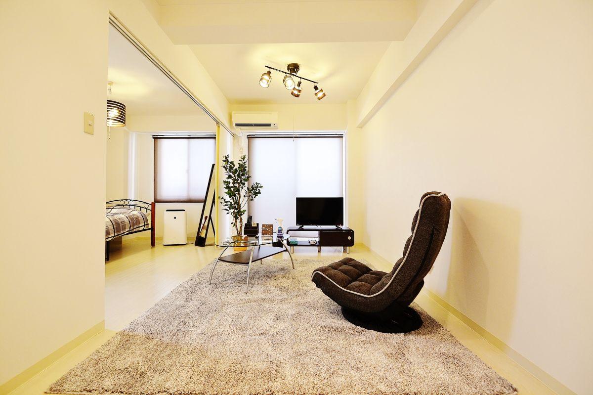 広いLDKと高級感ある室内が特徴的な白を基調としたウィクリーマンションです☆近隣には、ホテルレポーゼ岡山、岡山ユニバーサルホテルなどがある利便性に優れたエリアとなっており、コインパーキングも多数あり。1泊が5,000円~10,000円が相場のエリアなので、非常にリーズナブルな価格帯で提供させて頂いており、長期滞在型、中期滞在型に向いたマンスリーマンションをこの機会にお試し下さい(^^♪