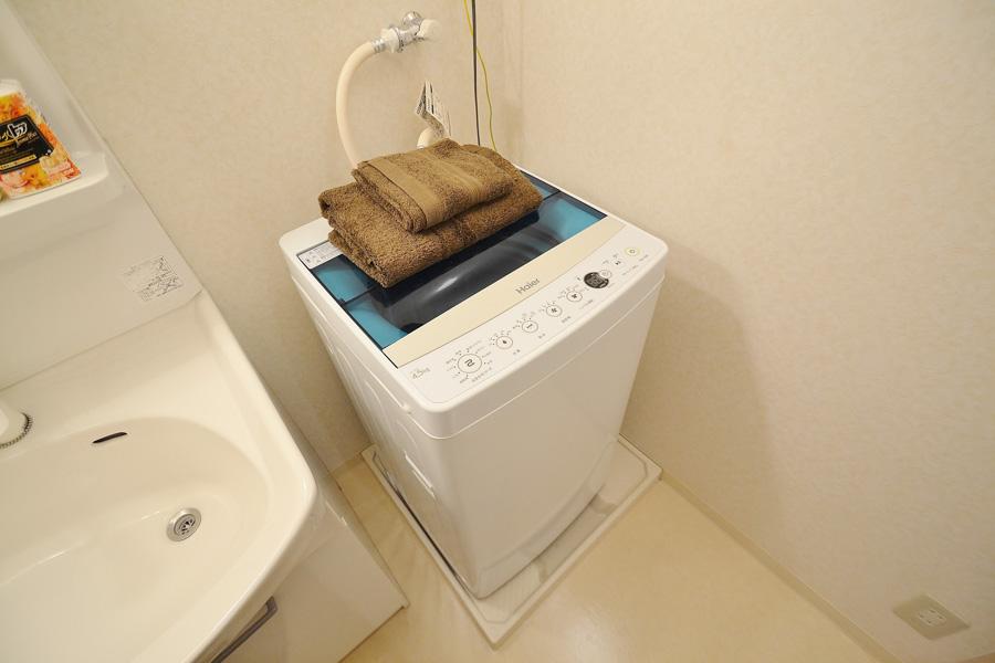 洗濯機の他に、洗濯用洗剤、ドライヤー、歯ブラシも完備です。脱衣所には、クリーニングされた清潔なタオルをご用意しております。料金追加分の寝具、タオルをご用意しておりますので、人数追加のご用命はお気軽にお申し出下さい。